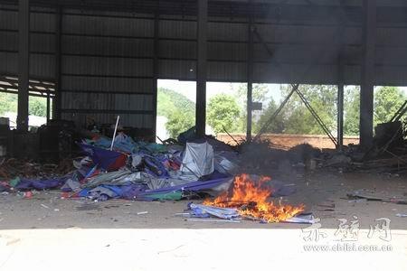 赤壁交警大队集中销毁一批摩托车遮阳伞