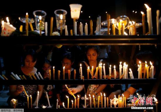 Pho公园举办烛光集会,悼念已逝国王普密蓬.-泰国国王停灵厅向民