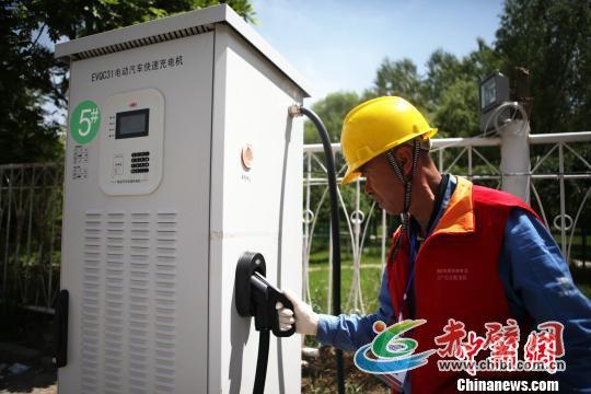 图为工作人员测试电动公交充电设备。 张永发 摄