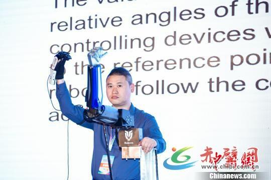 可精准模仿控制员一举一动的动感控制仿生机器人。 主办方供图