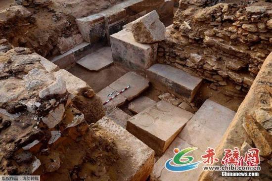 资料图:埃及文物部发布声明说,埃及一支考古队在首都开罗以南约30公里的塞加拉地区发现一座第五王朝时期的贵族墓葬。考古队队长穆罕默德·穆贾希德介绍说,考古队通过墓葬前厅西墙的两个入口找到墓室,整个墓室几乎被一座石棺完全填满,该石棺已被盗墓者毁坏,但考古人员还是找到了墓主人胡威的部分遗骸,发现了明显的木乃伊痕迹。